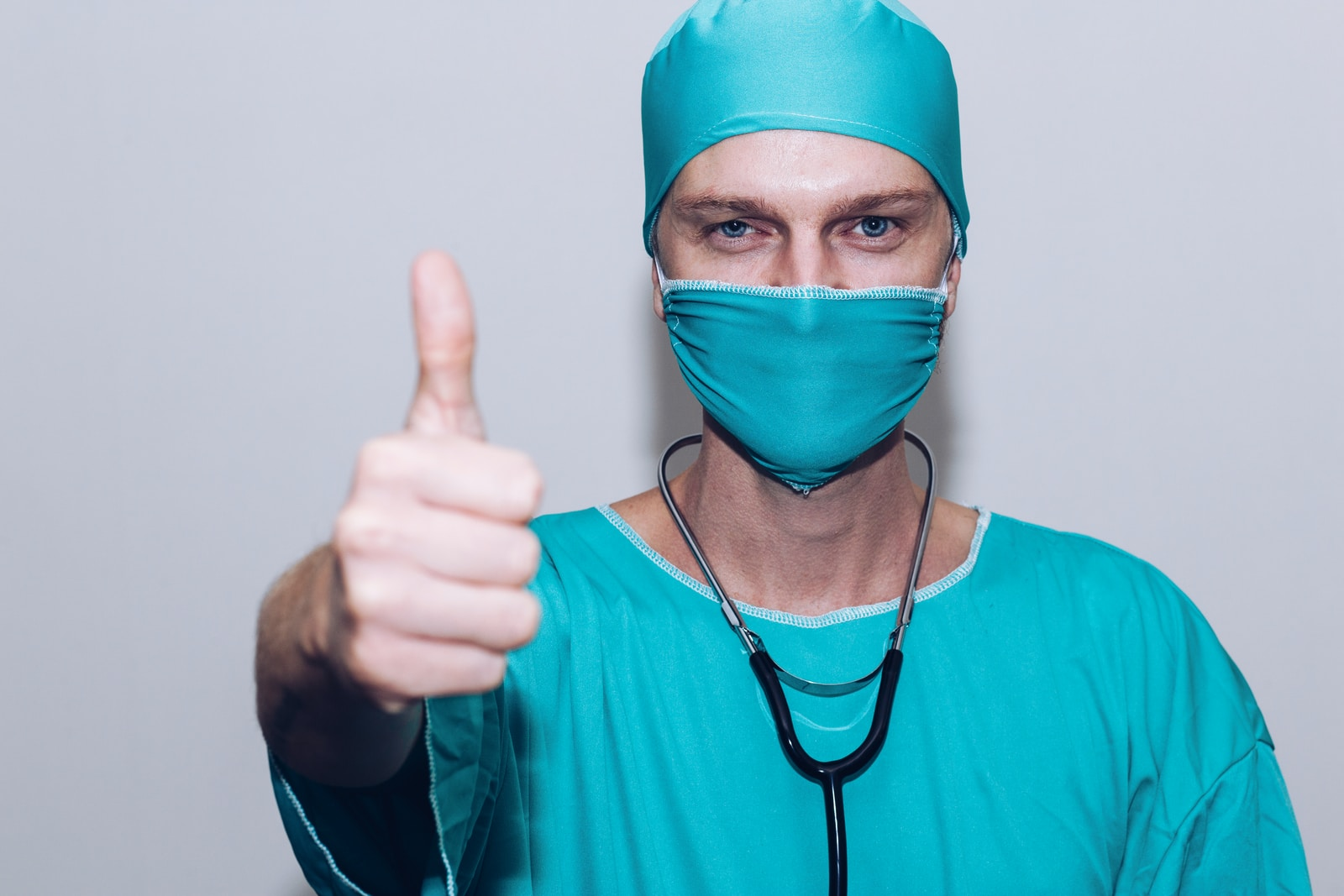 doctor Daumen hoch person in green crew neck long sleeve shirt wearing blue face mask